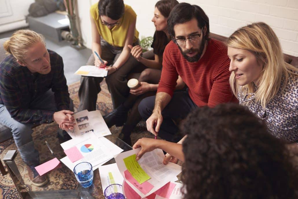 Ein Team sitz zusammen und diskutiert über ein Thema.